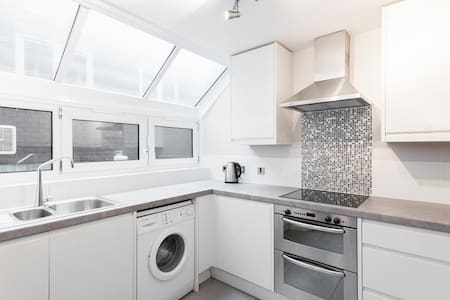 2 Bed Walking Distance to The Shard - London