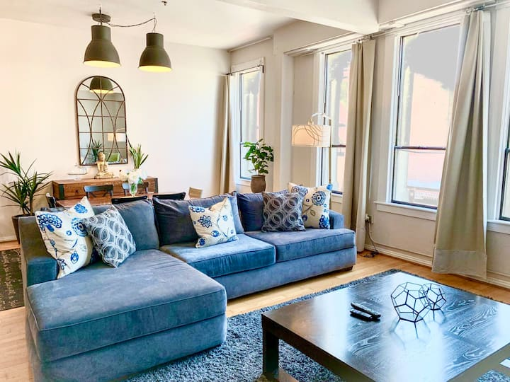 Top Floor- Loft Downtown - (Strong WiFi & Parking)