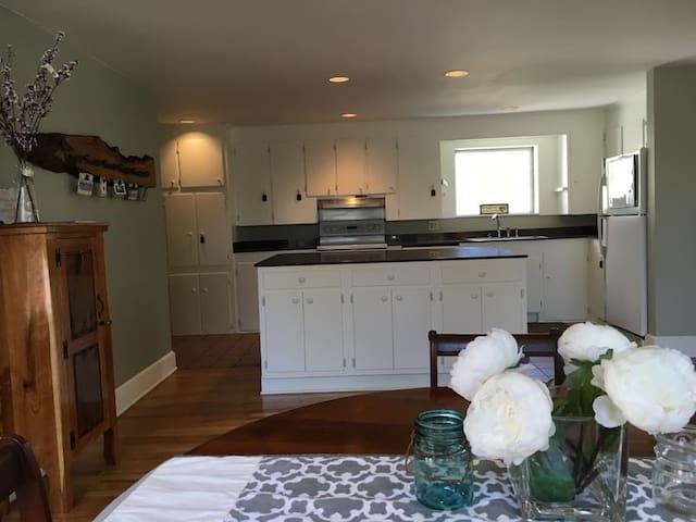 Private Bed & Bathroom w/ common pool & Privacy - Deansboro - Rumah