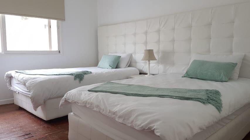 Quarto c duas camas tres quartos