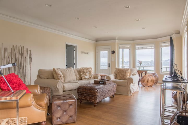 NEW* Gorgeous 2bed Home, walkable w/ Water View