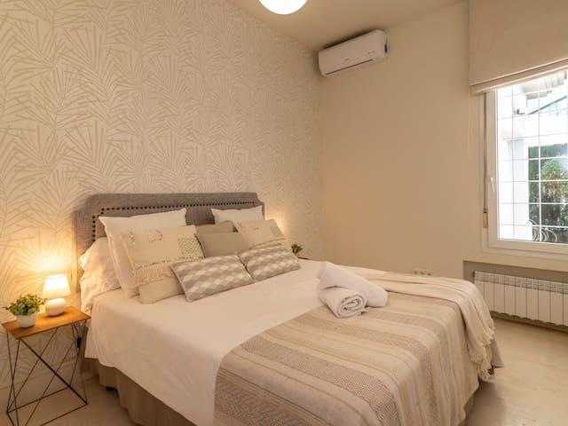 Bedroom # 3 (Main floor) – Queen-size bed (150 x 200 cm), ceiling fan, built-in closet, and en-suite bathroom with bathtub-shower and single vanity.
