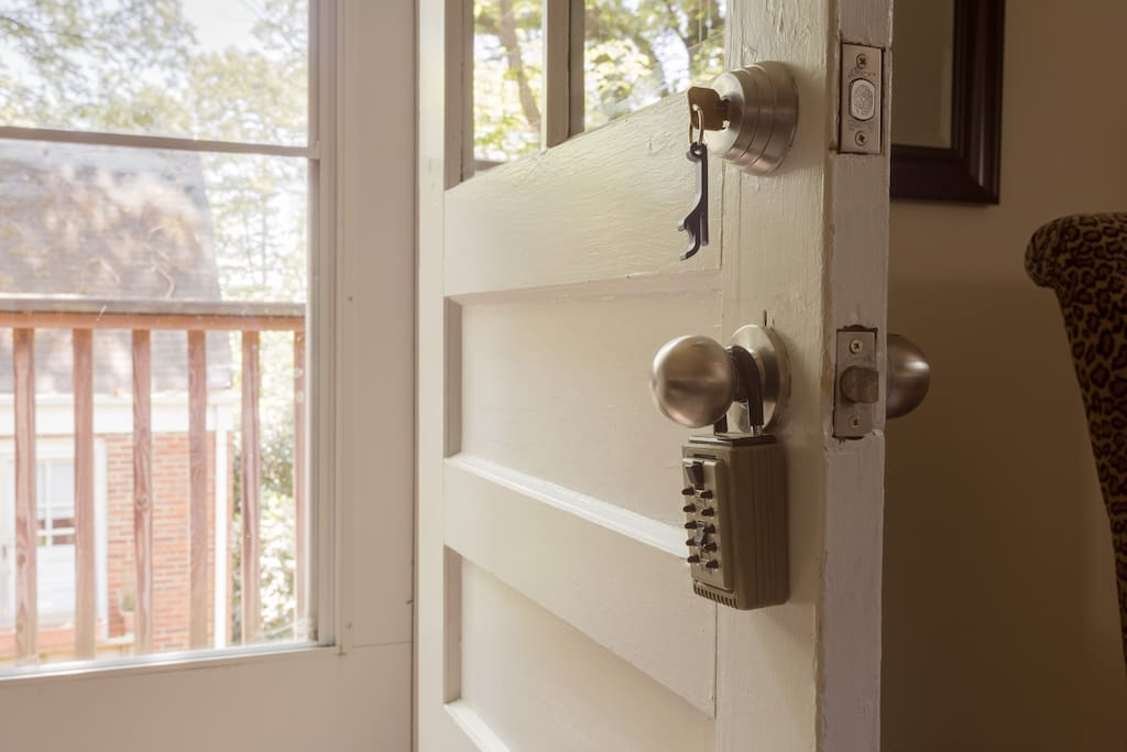 The convenience of a lockbox on the door means you're never locked out and can check in/ out whenever works best with your travel schedule.