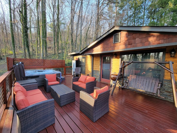 4/2 Rustic home w outdoor hot tub!