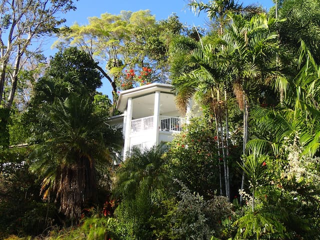 2 storey hillside home 50m fr beach