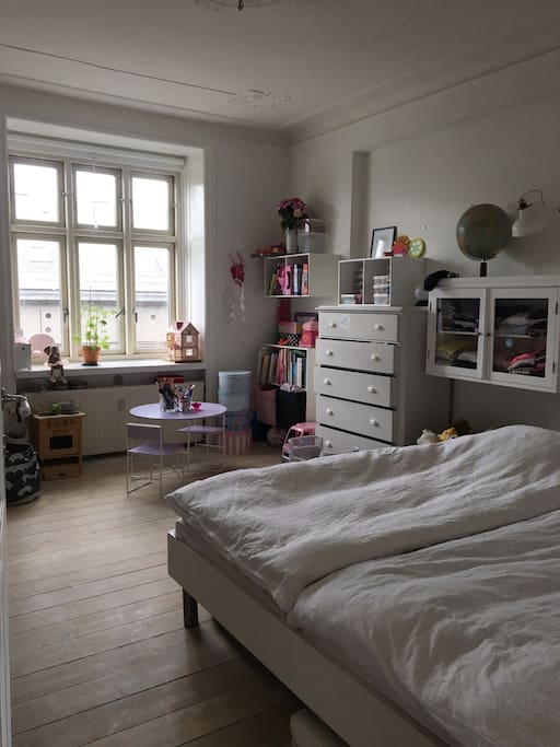 Childrens room / king size elevation bed