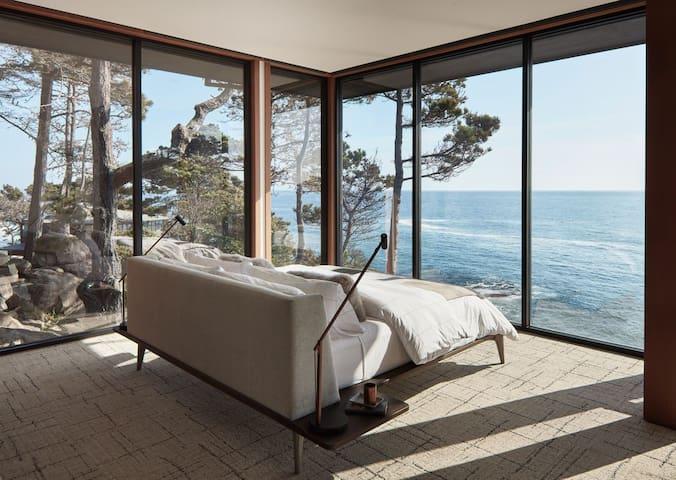 OnTheRocks•Architectural•Estate•Dramatic Ocean VUs