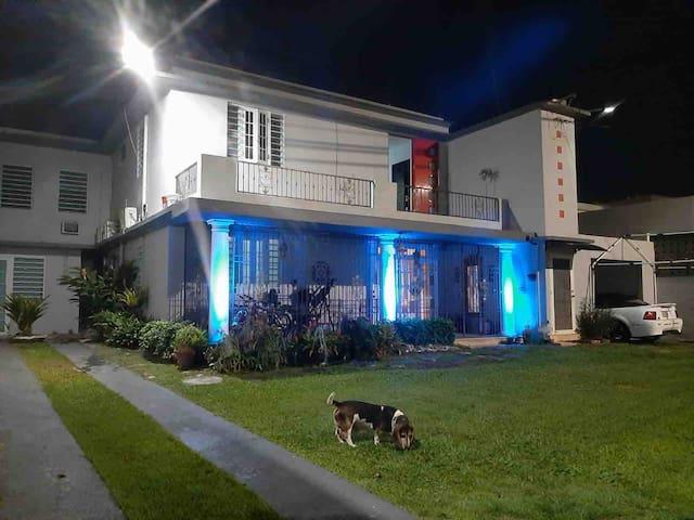 At night the property has very striking modern lighting elements.  Por la noche, la propiedad cuenta con elementos de iluminación modernos muy llamativos.