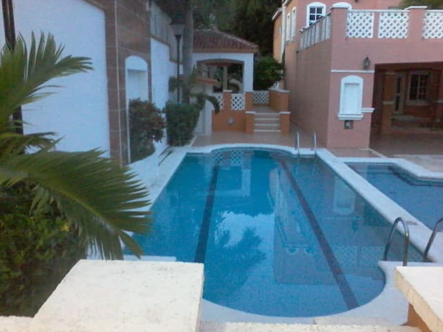 King bedroom apartment-access to the swimming pool