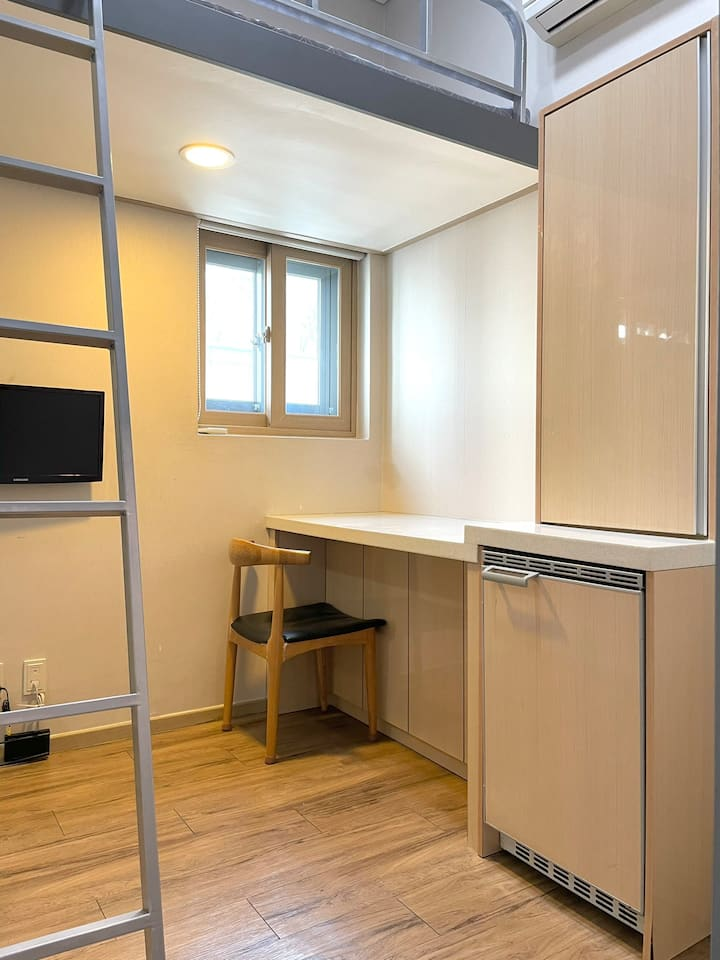 GETTY HOUSE - TINY ROOM 604