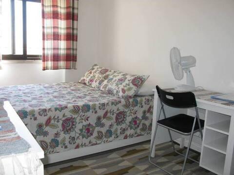 Habitació econòmica i bany a un allotjament net i SEGUR