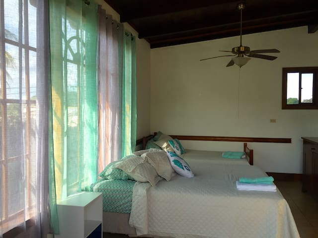 Beautiful 2nd Floor Suite with A/C - San Marcos - Appartement
