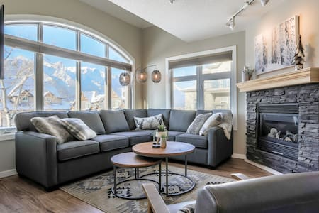 Views! Mountain Escape for 7 People in Town Centre