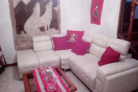 Casa hermosa con garage! 5 mins from the airport!