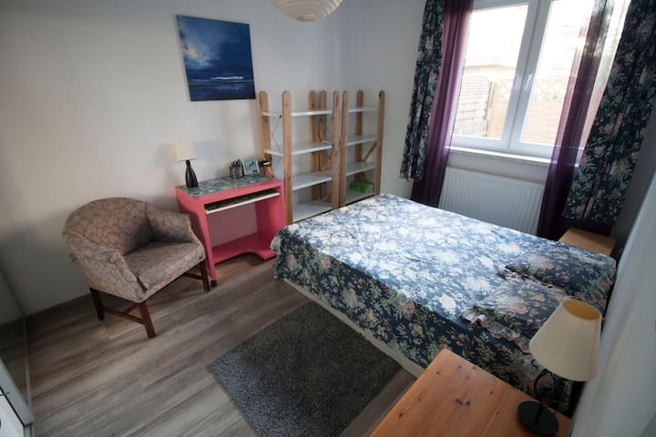 Nice and cosy apartment with great links to town.