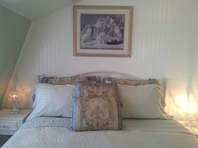 Cottage Queen Size Bed