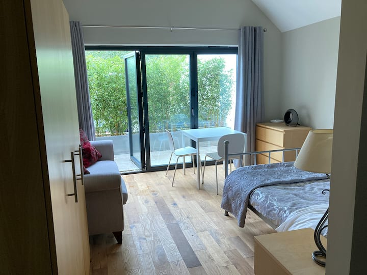 Private 1 Bed Studio,short walk to woodland/shops