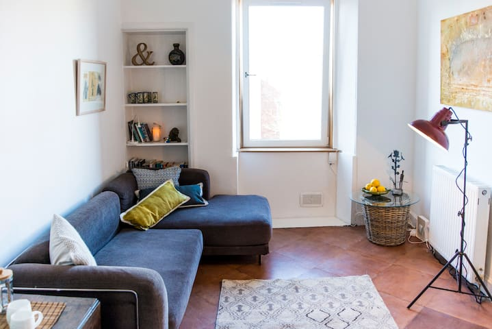 Bright top flat in central location - Edinburgh