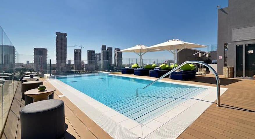 Luxurious Rooftop Pool in the Heart of Downtown