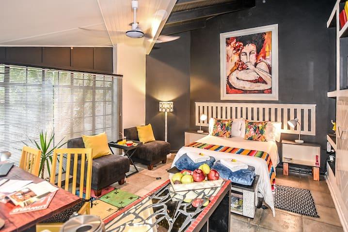 """Hello Sunshine"" (Self catering studio apartment)"
