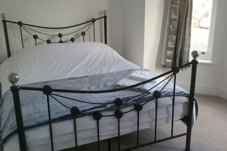 Lovely Bay windowed Double room Rm.1 - Ipswich - Casa