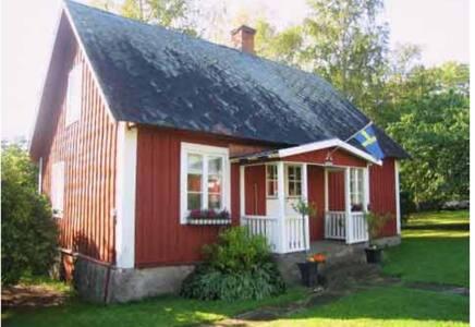 Mysig barnvänlig stuga med trädgård,  östra sidan
