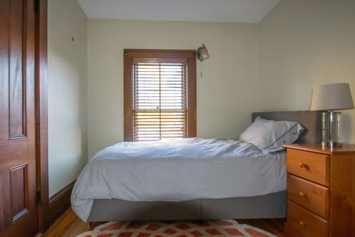 Easy stay in a Victorian mansion - Boston