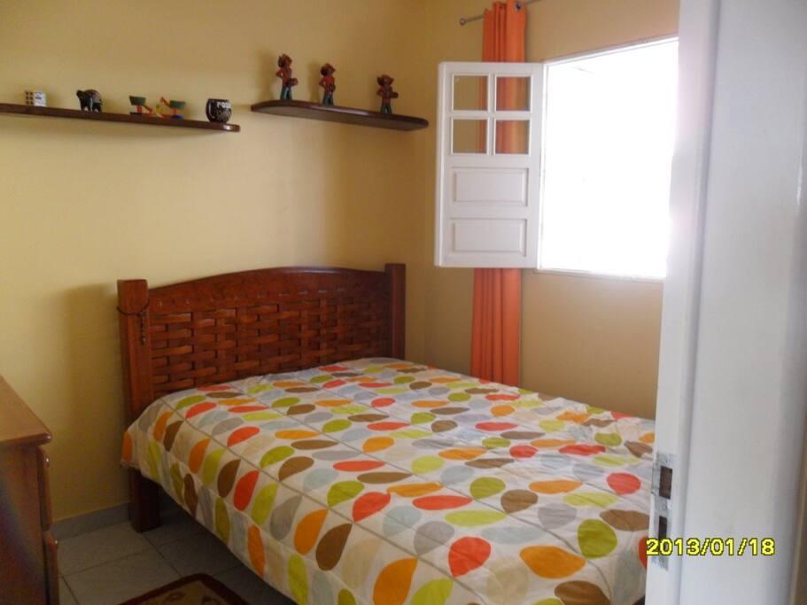 Quarto com cama de casal. Em ambos os quartos se encontra ar condicionado para maior comodidade dos hóspedes.