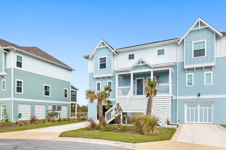 Beautiful family home in a gated community w/ on-site golf, pools & beach club!
