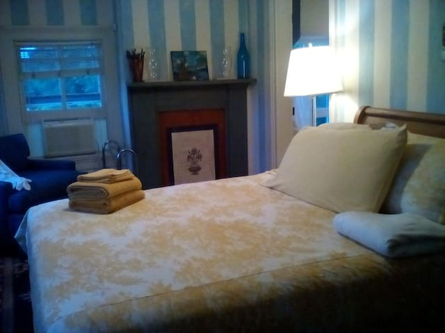 Sycamore B&B (Blue Room) - Craryville - Bed & Breakfast