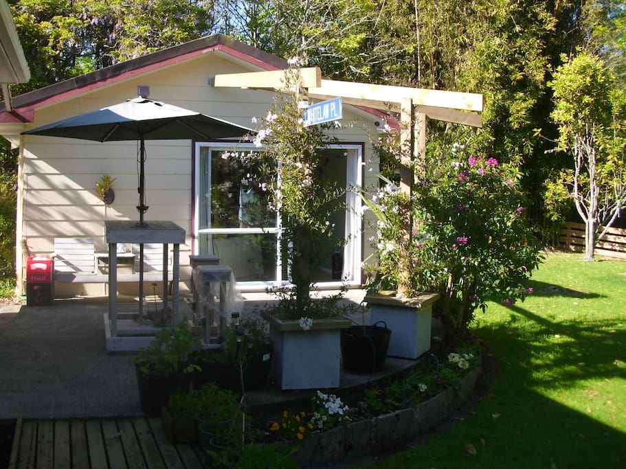 """Your own room to """"Get Away from it all"""". Tuis and quails feeding, eels to feed, pukekoes playing.  Come and enjoy :)"""