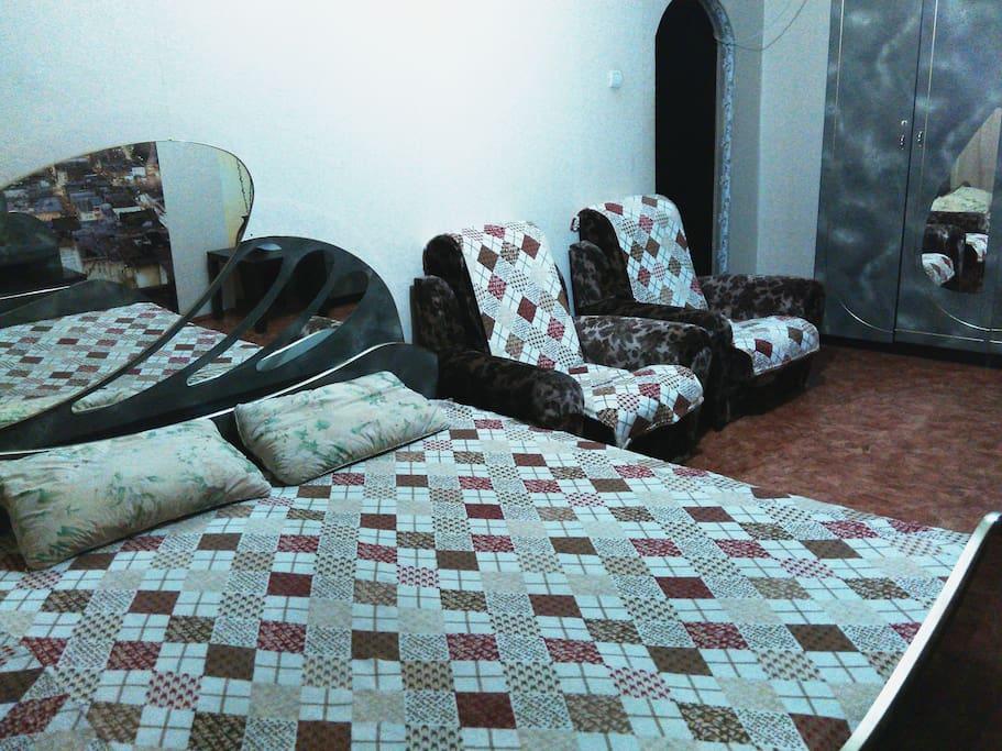 двухспальная кровать, мягкая мебель два кресла