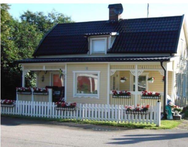 Mysig hus 50 m från Göta kanal. - Mariestad N
