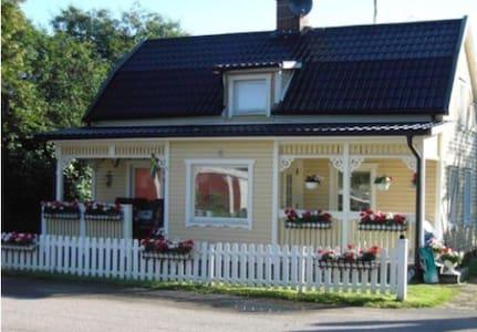 Mysig hus 50 m från Götakanal i hamnen Lyrestad