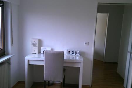 Gästezimmer in heller, sauberer Wohnung - Siegburg