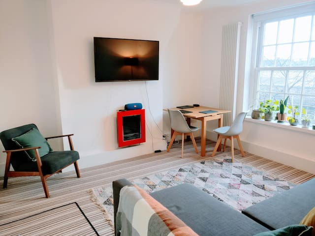 Newly furnished room in central London apartmentf