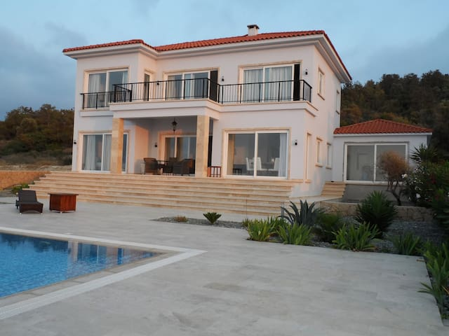 Luxurious 4 bedroom-villa with large infinity pool - Lefkoşa