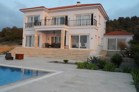 Luxurious 4 bedroom-villa with large infinity pool - Lefkoşa - Villa