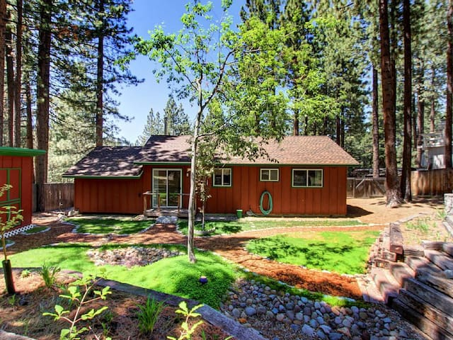 2BR Alpine Cottage, Hot Tub