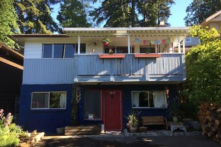 Shaman's Den - North Vancouver - Talo