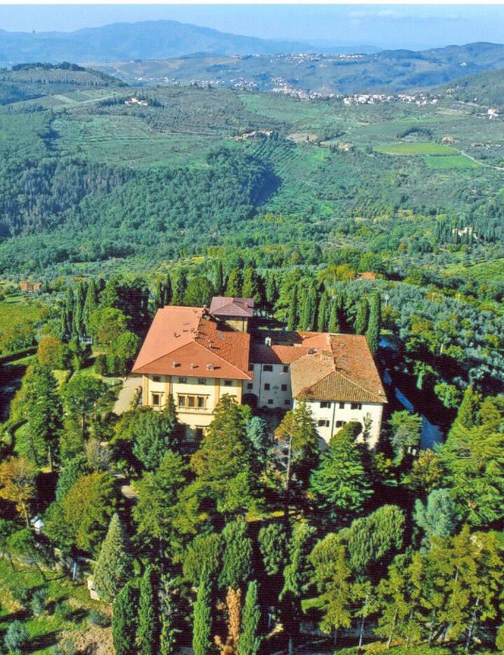 2 bedroom apartment (sleeps 6 ) in a charming villa in Valdarno