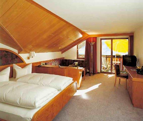 """Hotel Schauinsland (Bad Peterstal-Griesbach), Juniorsuite Typ """"Hermersberg"""" zur Einzelbelegung"""