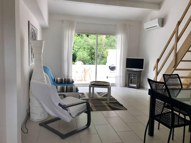 Appartement dans villa avec terrasse au calme .