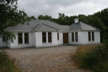 Woodland Cottage with Lake Access - Mayo - บ้าน
