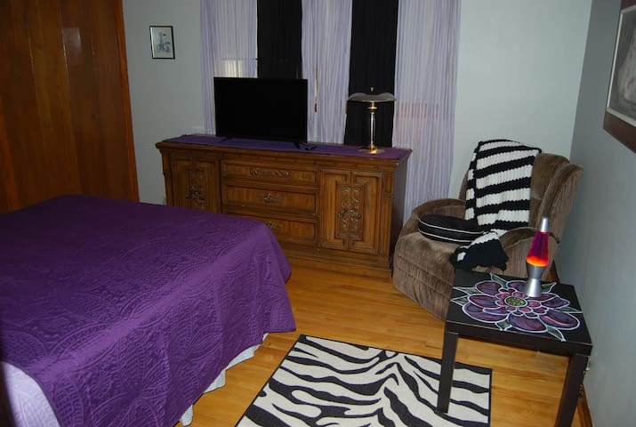 "Private ""Purple"" Room by O'Hare ORD/ Rosemont Expo - Schiller Park - Apartmen"