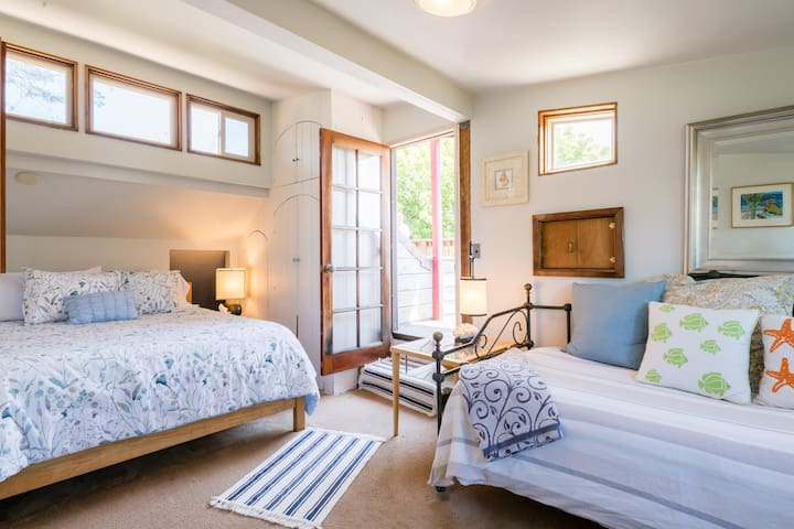 Upstairs bedroom Queen and Day bed