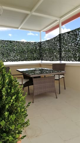 Tavolo esterno e tettoia