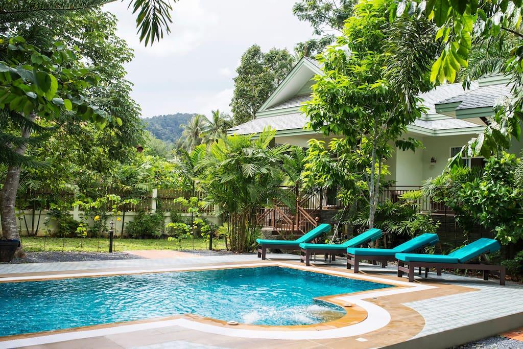 สรว่ายน้ำขนาด 7*3.5 เมตร และมีบริเวณรอบสระที่กว้างสามารถใช้พื้นที่พักผ่อนกับเพื่อนและครอบครัวได้อย่างเต็มที่