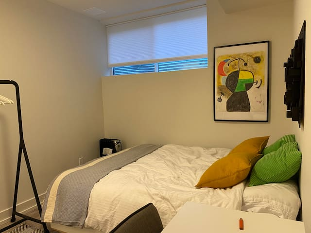 No Extra Fees: Private Space w Queen Bed Desk/WIFI