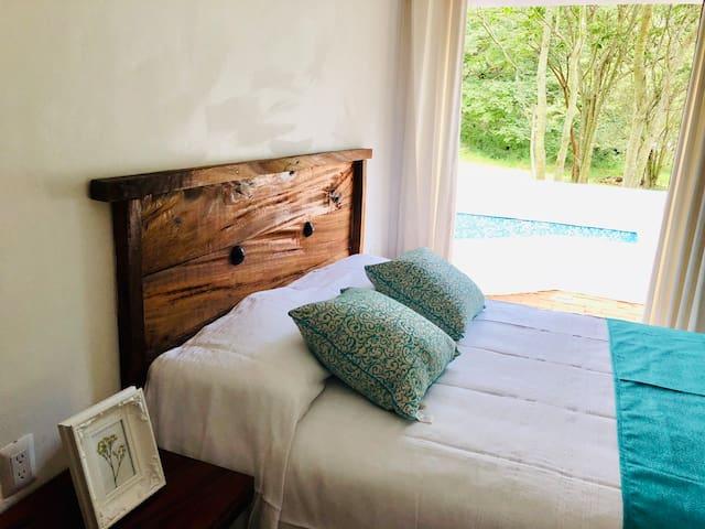 Confortable cama con patio y alberquita con agua de manantial privada